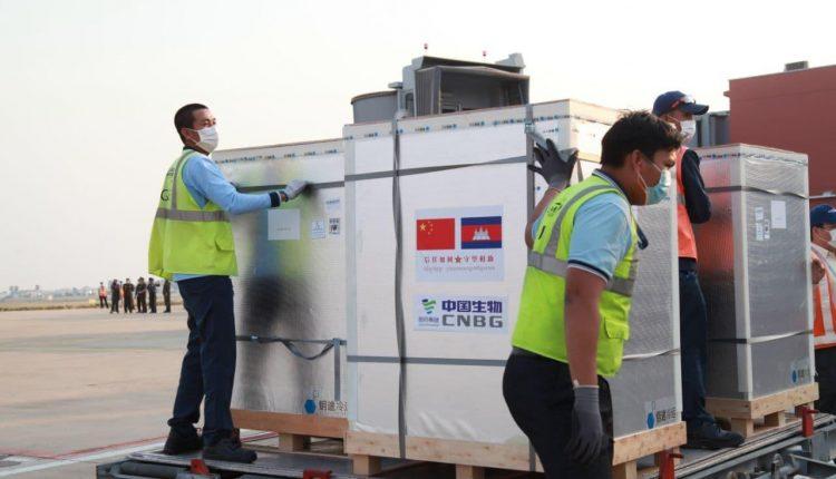 中国援柬第三批40万剂疫苗明日运抵