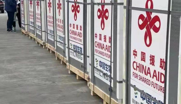 中国援柬第三批40万剂疫苗运抵金边