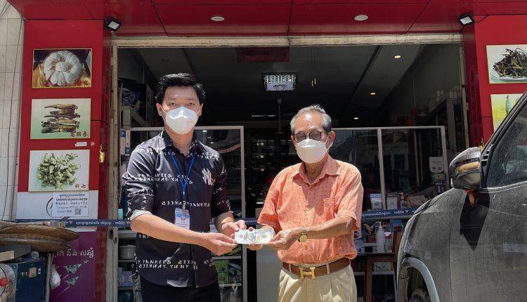 蔡文强将1500美元现款转交予潮州会馆康乐处处长黄汉荣
