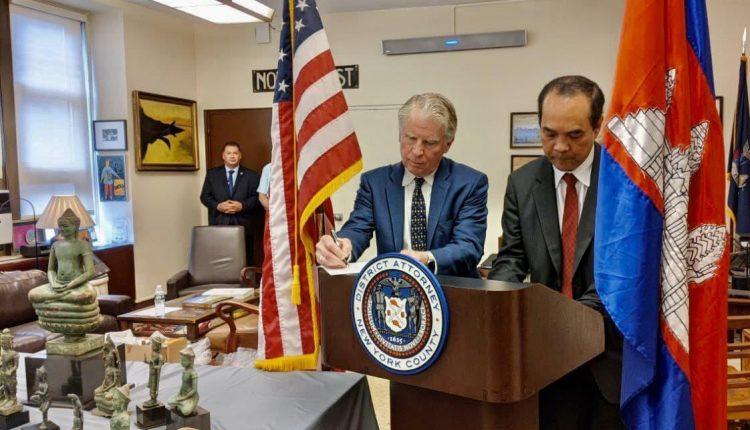 美国向柬埔寨归还27件走私文物 (5)