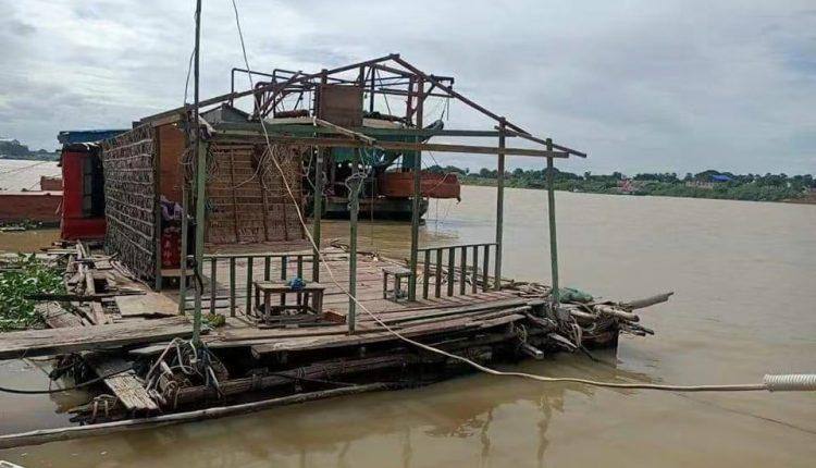 水上居民开始拆除违章建筑