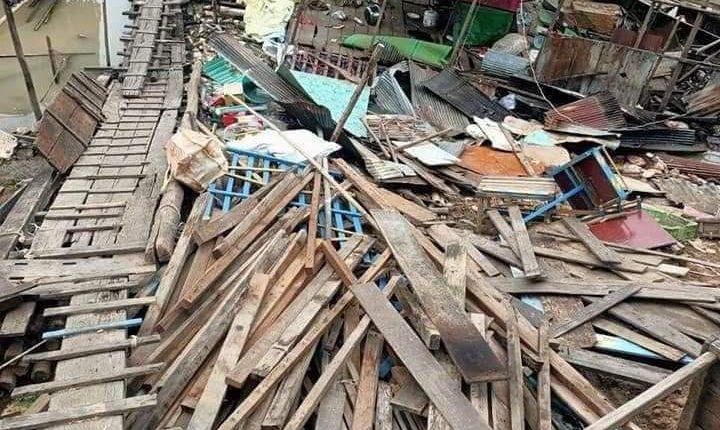 水上居民开始拆除违章建筑(1)