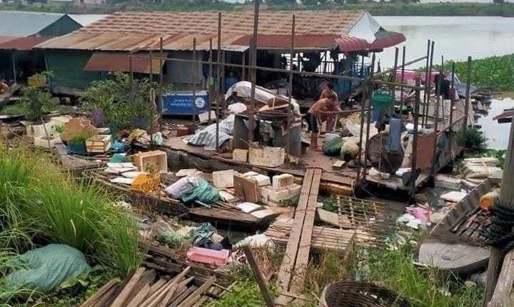 水上居民开始拆除违章建筑(3)