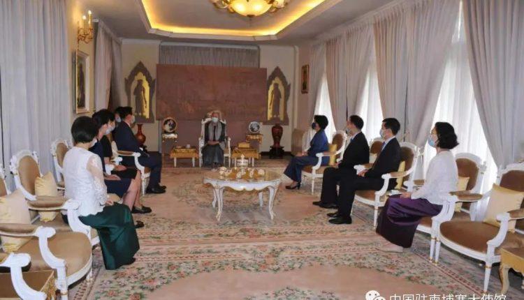 中国驻柬埔寨大使王文天向莫尼列太后祝贺寿辰(1)