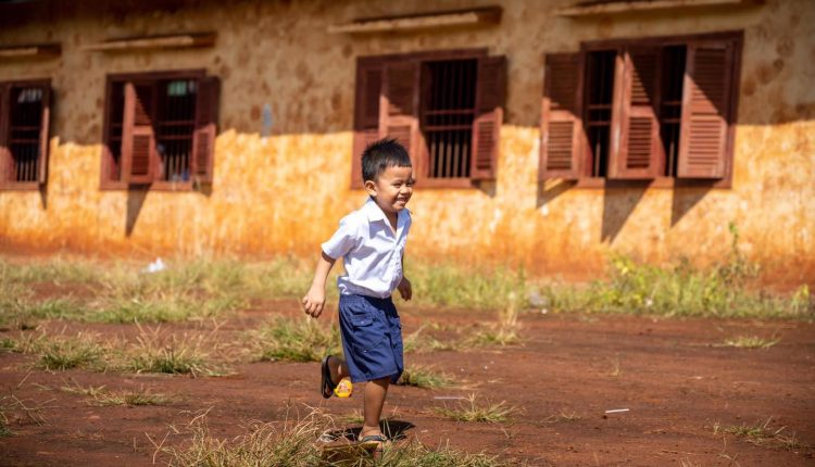 教育部向1.3万余贫困学子捐赠物资