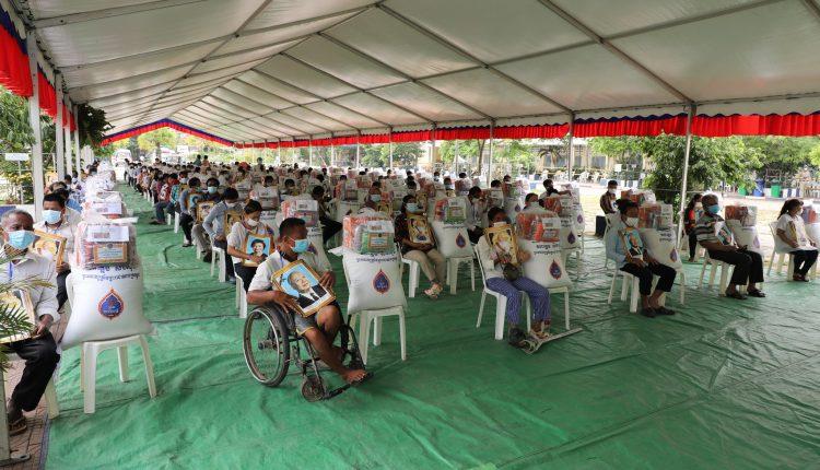 国王国母向金边446名残疾人御赐救济品