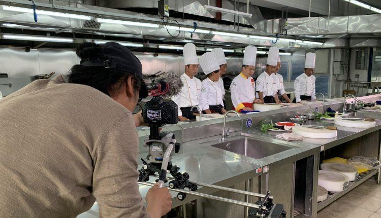 广东佛山顺德厨师学院的老师向来自大凉山的学生传授粤菜技艺