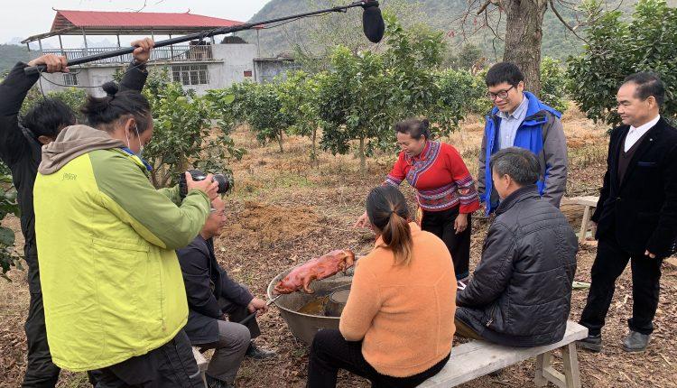 柬埔寨主持人在广西环江拍摄毛南族脱贫故事