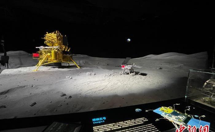 嫦娥五号和玉兔二号的模型