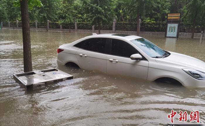 图为7月20日下午,郑州市区路边搁浅的车辆。 李明明 摄