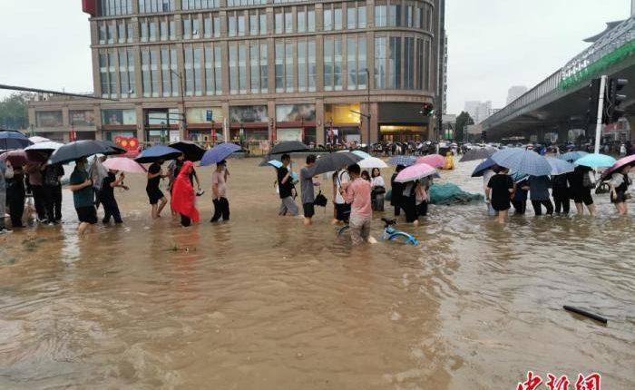 直击郑州市区,特大暴雨致道路积水严重。中新社记者 韩章云 摄