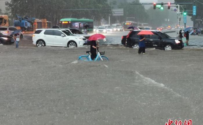 7月20日,河南出现持续性强降水天气,多地出现暴雨、大暴雨,部分地区出现特大暴雨。中新社记者 韩章云 摄