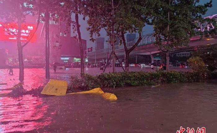7月20日,河南出现持续性强降水天气,多地出现暴雨、大暴雨,部分地区出现特大暴雨。中新社记者 阚力 摄