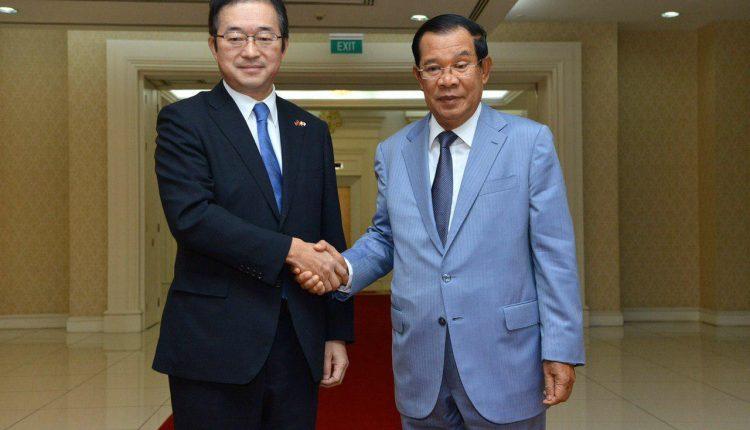 洪森总理和日本驻柬大使三上正弘(资料图)
