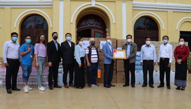 柬埔寨鞋业商会向磅湛省政府移交物资