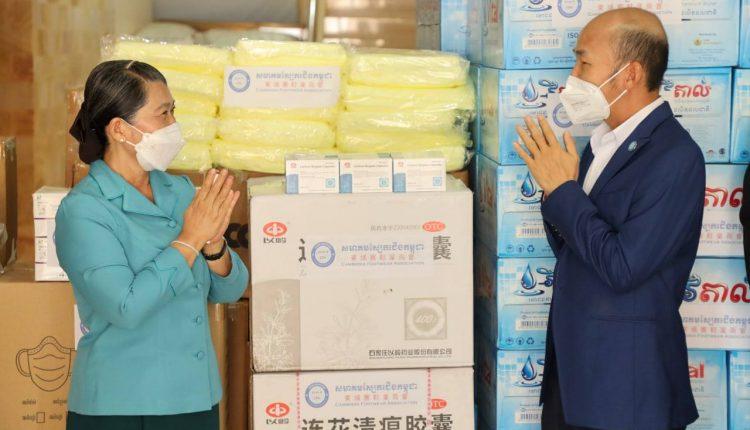 柬埔寨鞋业商会向国会参议院联络与监察部捐赠防疫物资
