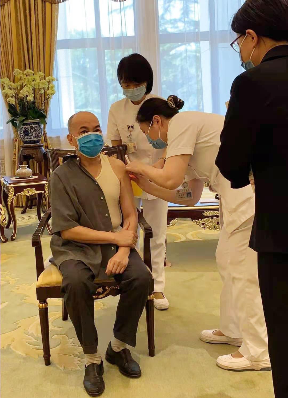国王国母在中国接种第二剂新冠疫苗